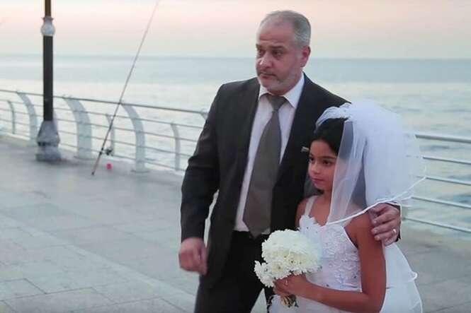 Pessoas reagem com fúria ao verem homem idoso se casando com menina de 12