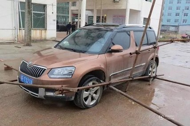 Operários prendem carro do chefe com andaimes em tentativa desesperada de receber salários atrasados