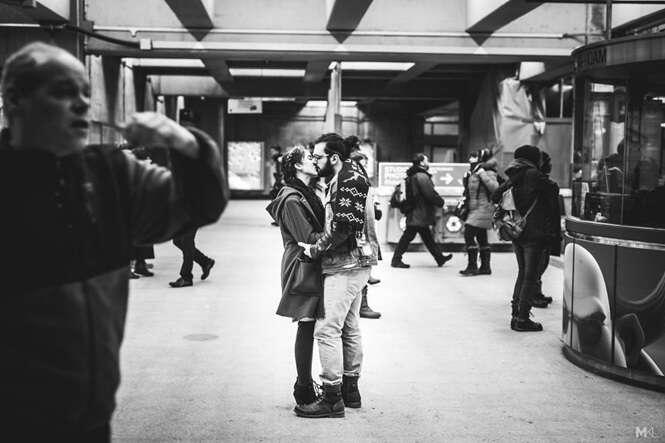 Fotógrafo faz sucesso registrando imagens de casais se beijando.