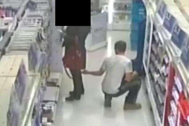 Pervertido é flagrado usando celular para filmar por baixo da saia de mulheres em loja