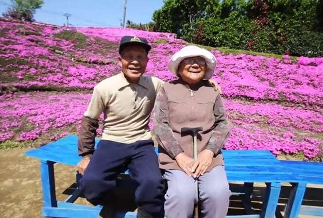 Marido planta milhares de flores em volta de casa para presentear esposa cega
