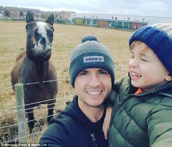 Pai e filho tiram sefie com cavalo feliz, ganham viagem e dona do animal reclama