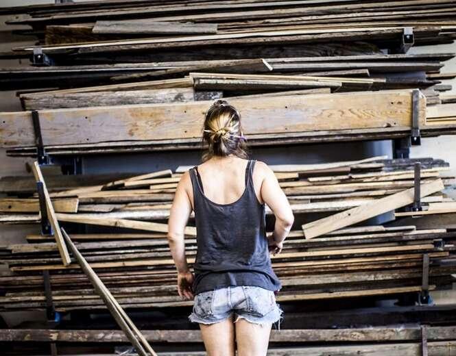 Mulher cria incríveis trabalhos à mão com madeira recuperada