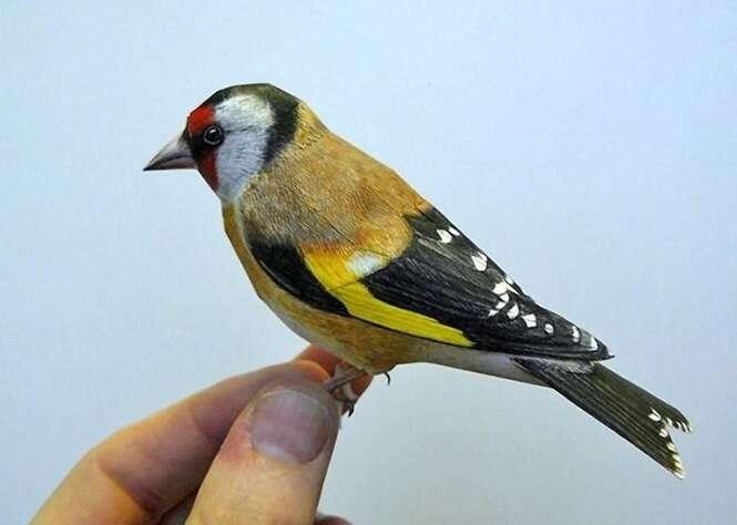 Artista cria pássaros realistas feitos de papel