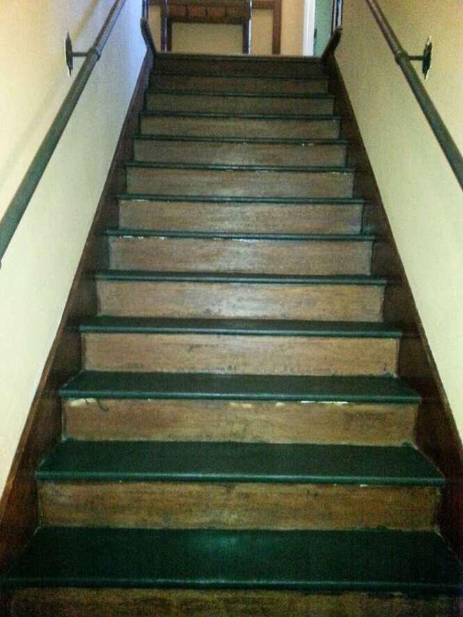Como melhorar escadas deterioradas usando arte