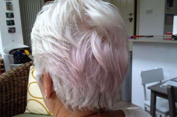 Edredom novo faz idosa acordar com cabelo cor de rosa