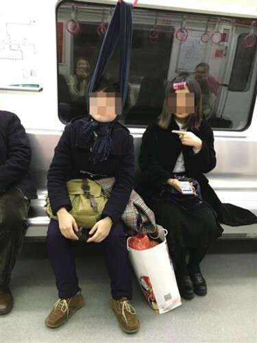 Foto faz sucesso na web ao flagrar ideia criativa que passageira de metrô teve