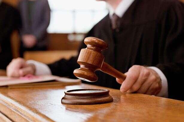 Menino de 4 anos é condenado à prisão perpétua por assassinato