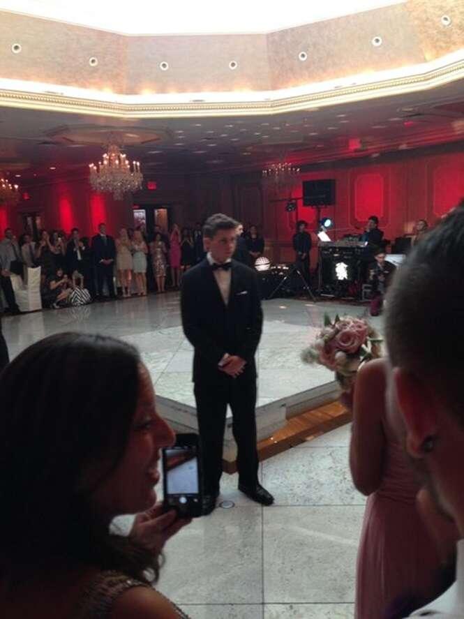 Convidado faz crítica a excesso em casamento após noivos surgirem do chão em cerimônia de luxo