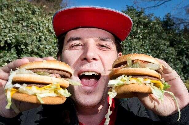 Apaixonado por fast food troca seu nome para Bacon Double Cheeseburger