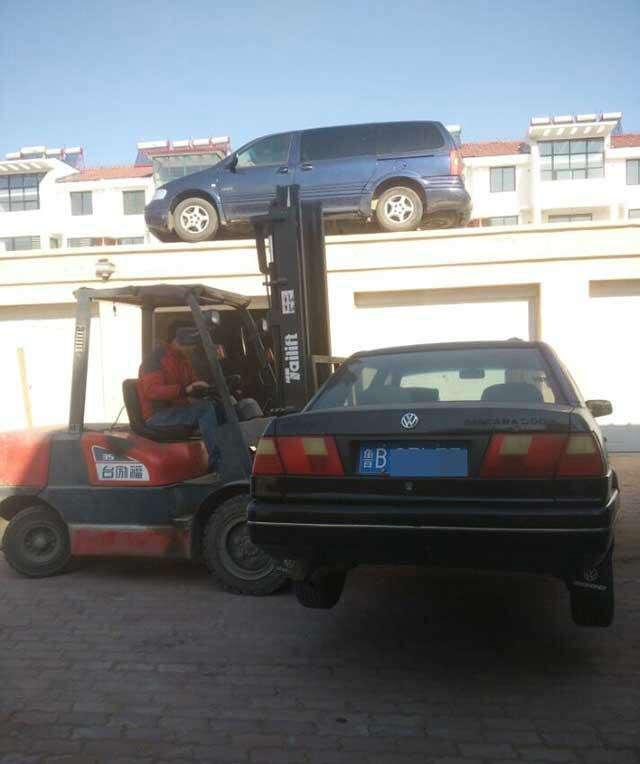 Homem furioso com carros estacionados na frente de sua garagem resolve problema de forma surpreendente