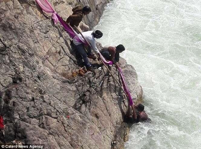 Mulher é salva quando tentava cometer suicídio em rio, mas filho acaba morrendo afogado