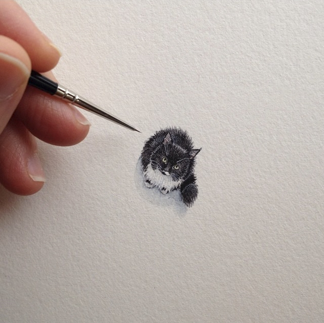 Mulher começa a pintar pequenos desenhos a cada dia após se tornar mãe