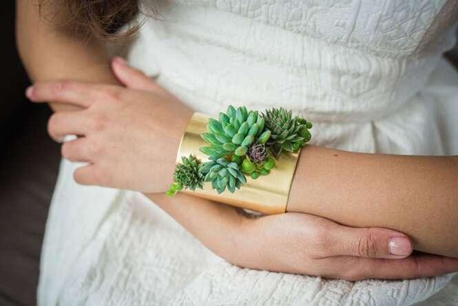 Florista cria joias vivas que crescem enquanto você as usa