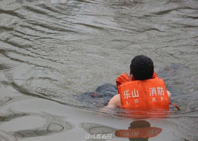 Mulher morre afogada ao saltar em rio depois de cortar genitália do marido e matá-lo