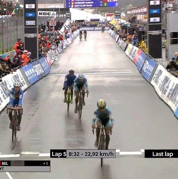 Ciclista comemora vitória na hora errada ao se confundir pensando estar na última volta e perde a prova