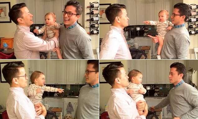 Bebê confuso com irmão gêmeo do pai