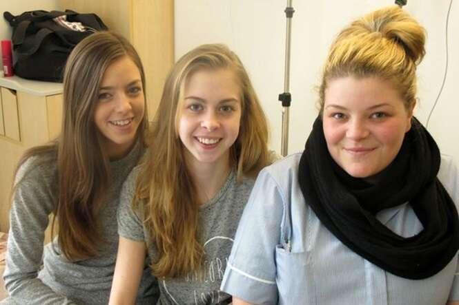 Kirsty (centro) com sua irmã Kerrie (à esquerda) e sua amiga Holli Breeze Hughes. Foto: Keep Family/SWNS