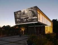 Casa é construída com parede apropriada para projetar filmes no ambiente externo