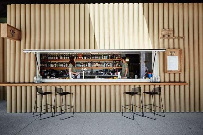 Tubos de papelão formam fachada criativa em estabelecimento alimentício