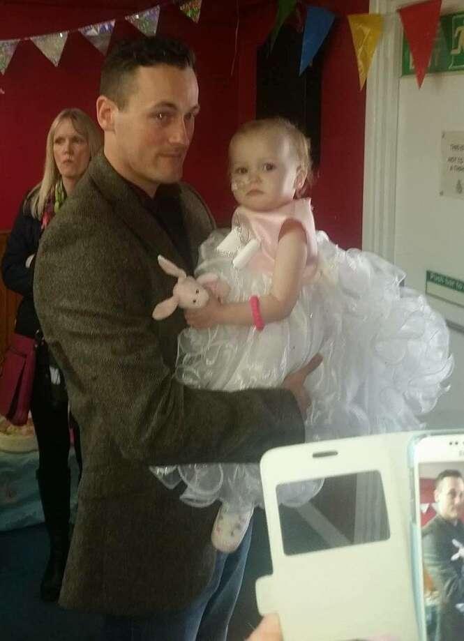 Pai se casa com sua filha de 16 meses após descobrir que ela possuía um tumor cerebral fatal