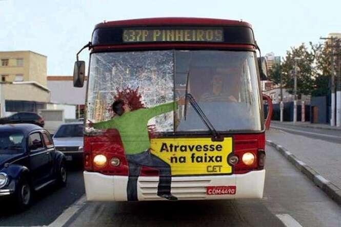 Anúncios publicitários criativos em ônibus