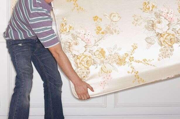 Jovem faz mudança na casa de amiga e a deixa constrangida ao perceber marcas bizarras no seu colchão
