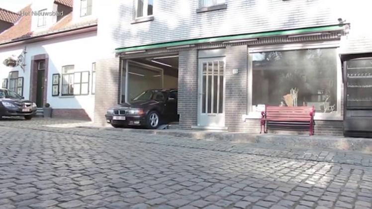 Homem impedido de construir garagem em casa resolve problema com janela gigante