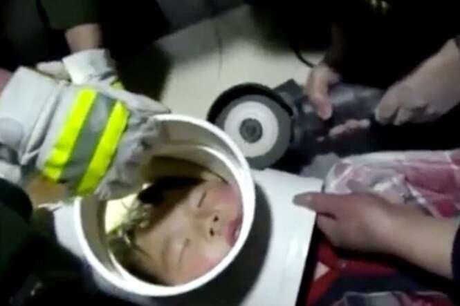 Menino de 5 anos fica com a cabeça presa em tubo plástico enquanto brincava