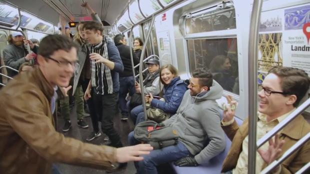 """Pegadinha da """"máquina do tempo"""" engana pessoas em metrô"""