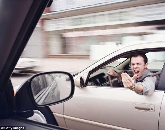 Dirigir quando está com raiva é mais perigoso que conduzir falando ao celular
