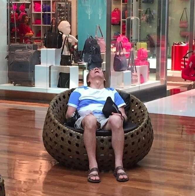 Fotos demonstrando a dura vida dos homens que acompanham as esposas durante as compras
