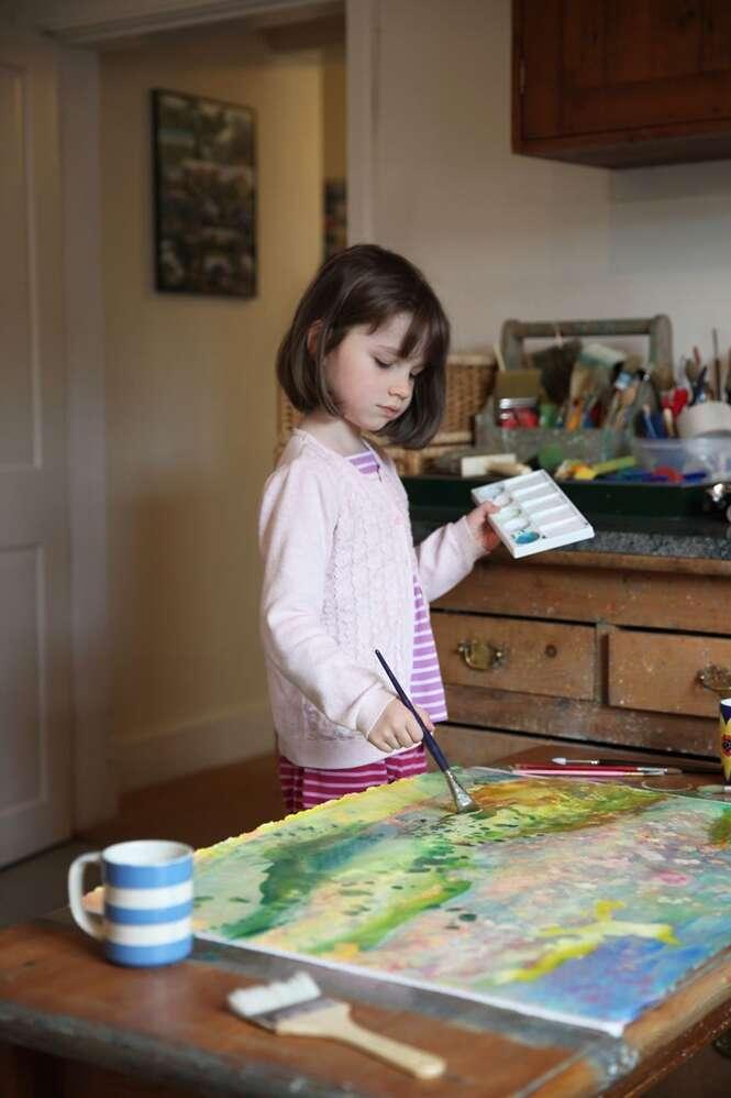 Menina de 6 anos com autismo cria pinturas impressionantes
