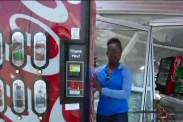 Mulher se esconde atrás de máquina de refrigerante e sobrevive à passagem de furacão