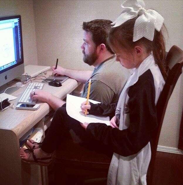 Foto de pai e filha desenhando juntos se torna viral por causa de ilusão de ótica