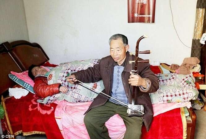Marido toca violino para esposa doente na cama há 25 anos