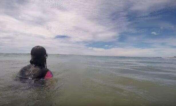 Vídeo mostra momento em que tubarão se aproxima de pai e filha no meio do mar