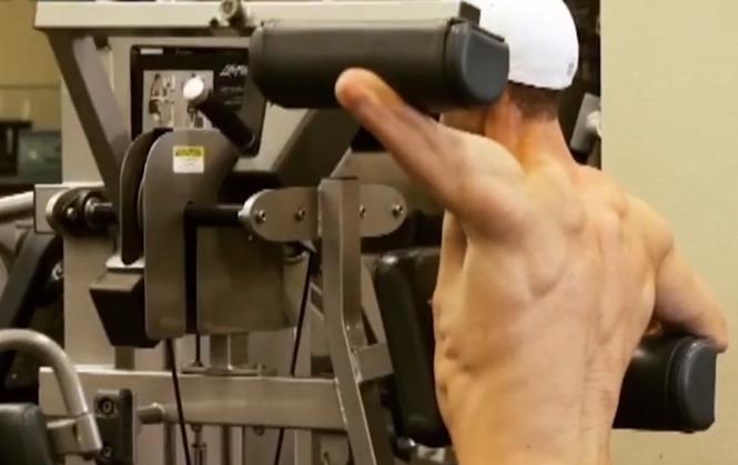 Fisiculturista que possui apenas um braço mostra superação para manter a forma