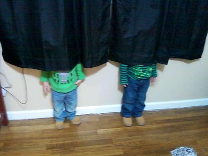 Crianças que precisam aprender a brincar de esconde-esconde