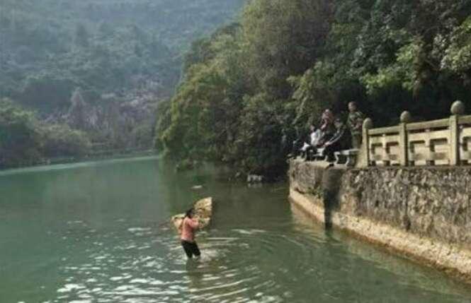 Mulher se arrisca ao mergulhar em lago para salvar seu iPhone 5