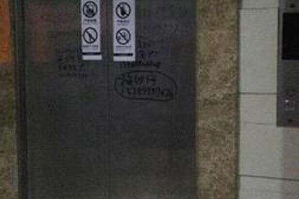 Mulher morre após equipe de manutenção desligar elevador sem notar que ela estava dentro dele
