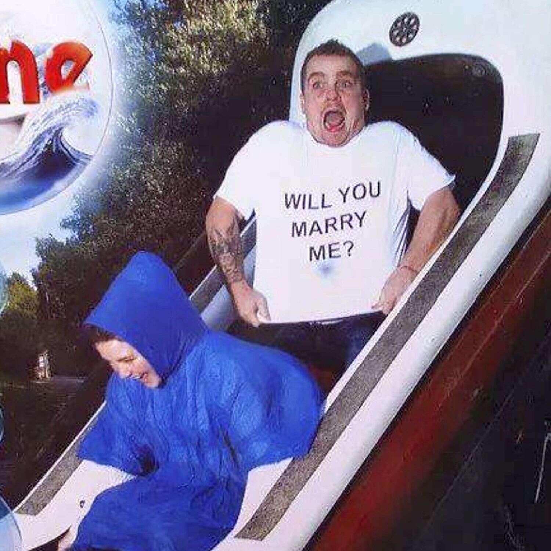 Homem faz proposta de casamento durante passeio em brinquedo de parque de diversões