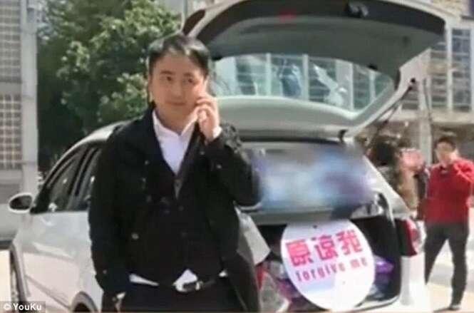 Homem leva carro com quase 11 mil absorventes à namorada para tentar reconquistar a amada
