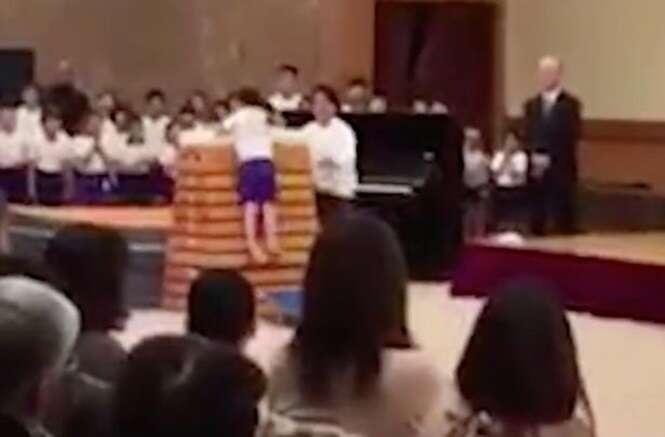 Vídeo emociona internautas ao mostrar menino conseguindo superar dificuldades em salto atlético