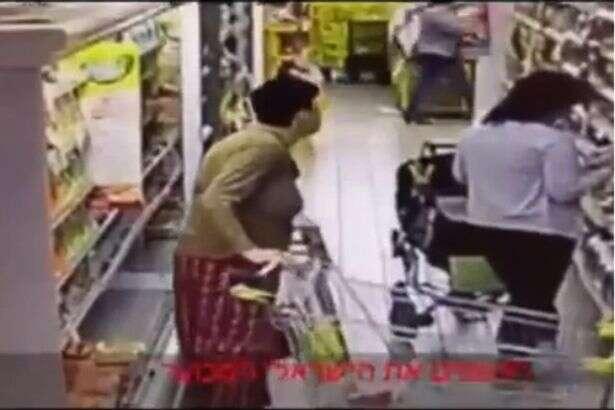 Câmera de segurança flagra momento nojento em que cliente de supermercado defeca em prateleira
