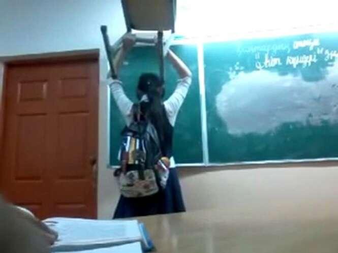 Professora pune aluna por chegar atrasada na aula fazendo-a segurar uma pesada cadeira sobre a cabeça