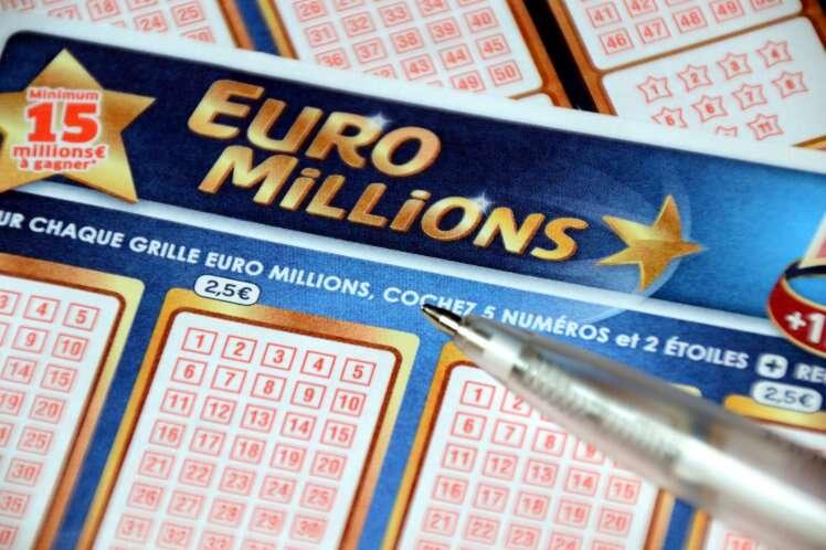 Mulher pensa ter ganhado na loteria, sai gastando dinheiro e descobre que se confundiu