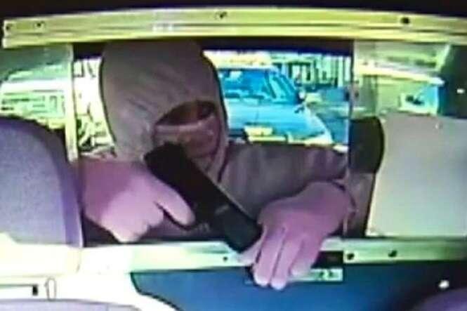 Bandido tenta roubar taxista sem perceber que viatura de polícia estava atrás dele