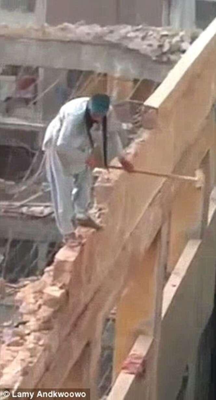 Operário é filmado demolindo prédio com marreta enquanto se equilibra sem equipamento de segurança