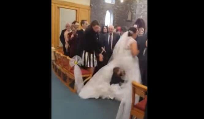 Menino interrompe casamento após julgar que vestido da noiva era bastante divertido